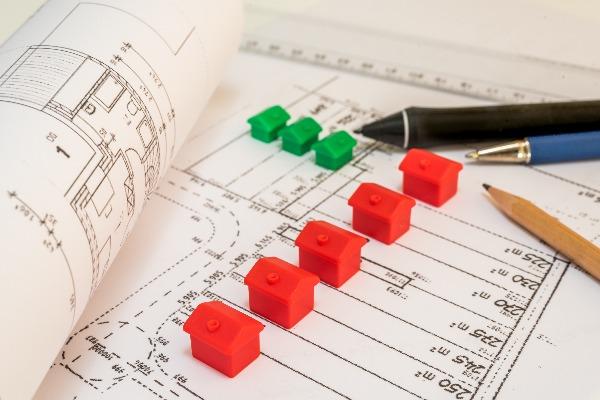 plans de lotissement avec de petites maisons en plastique rouges et vertes